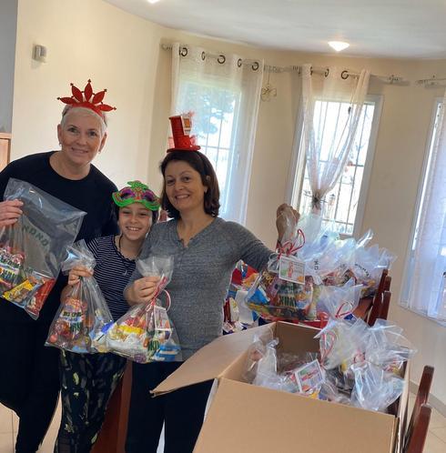 נעמי מאיר גרבר, ליטל פחימה ובתה, חברות מנהלת הליגה, עם משלוחי המנות שנאספו