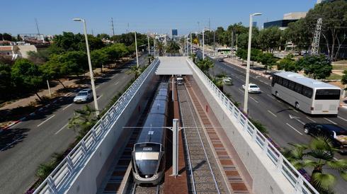 """הדמיית הרכבת הקלה ברחוב ז'בוטינסקי בפתח תקוה. צילום: באדיבות נת""""ע"""