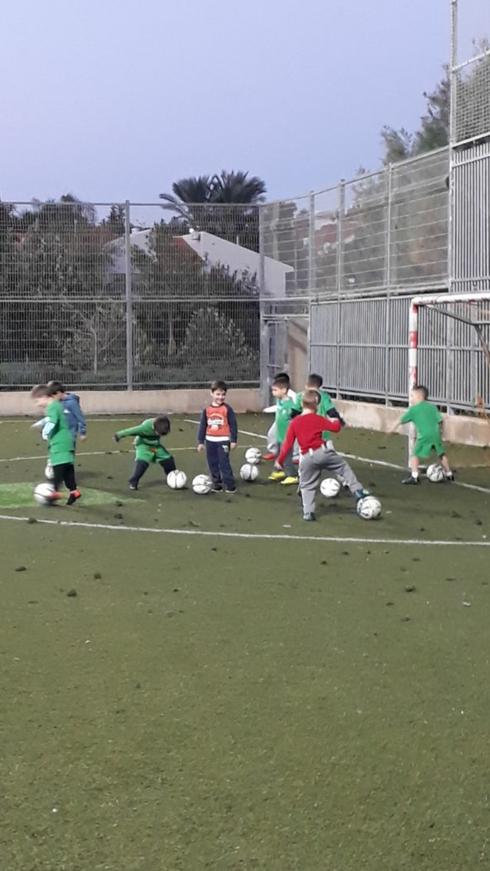 ילדי הכדורגל של עירוני ראש העין. תנו להם ליהנות. צילום: באדיבות העירייה
