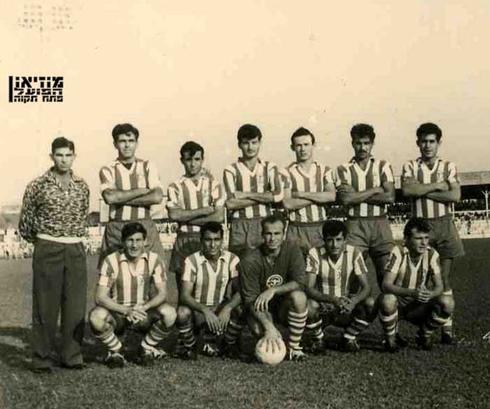 """הקבוצה הכי הגדולה ששיחקה בישראל. צילום: באדיבות מוזיאון הפועל פ""""ת"""