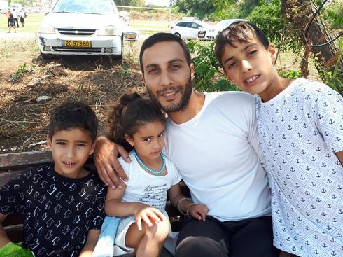 יוסי מאור, אוהד הליגה, עם שלושת ילדיו. צילום: אבישי גמליאל