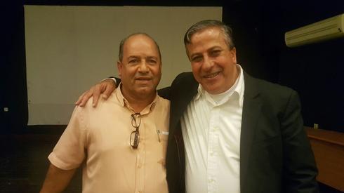 אבישי גמליאל עם עאדל בדיר, ראש עיריית כפר קאסם. צילום: פרטי