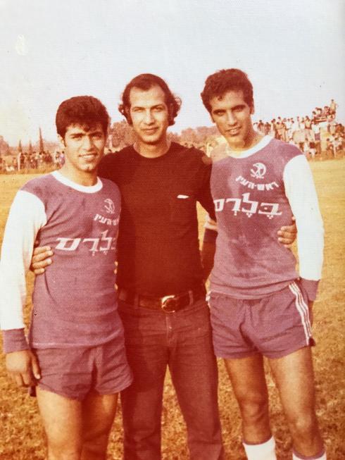 אבישי (משמאל) עם אחיו אריק (מימין) והדוד רפי גמליאל במשחק מול נבחרת יפן. צילום: פרטי
