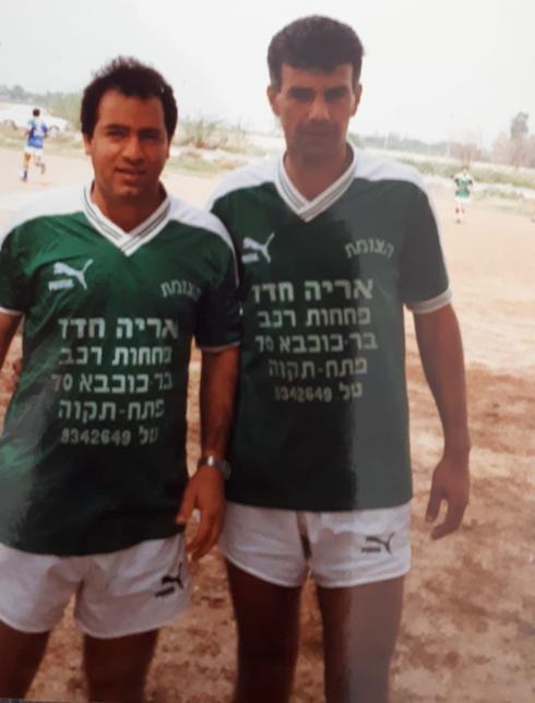 """גמליאל (משמאל) עם חברו לקבוצת """"הצומת"""", אריה מדמוני. ליגת השכונות, אמצע שנות השמונים. צילום: פרטי"""
