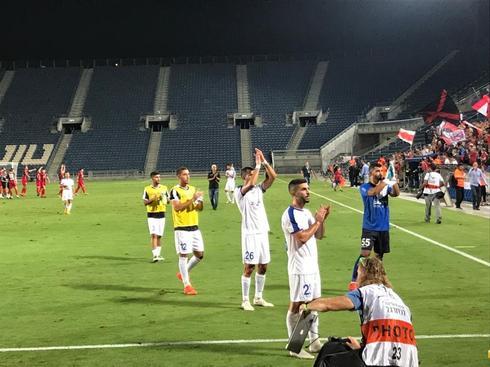 שחקני הקבוצה מודים לקהל בסיום המשחק