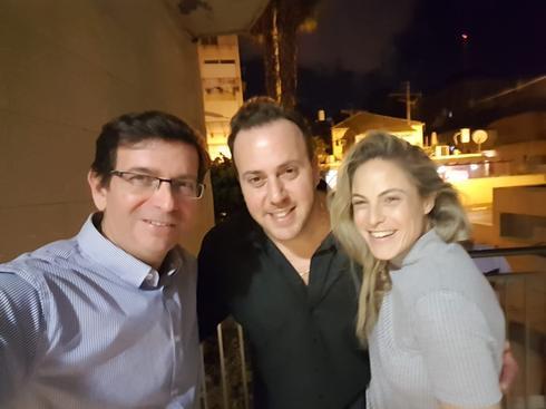 ניקי ושירלי גולדשטיין יחד עם אריה ימיני. צילום: באדיבות היכל התרבות