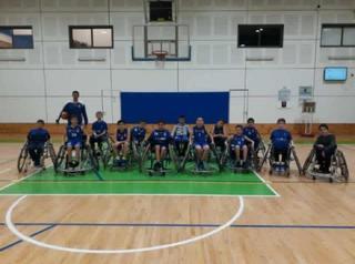 שחקני הקט-סל של מכבי מתנסים במשחק על כיסאות גלגלים. צילום: יניב גולן