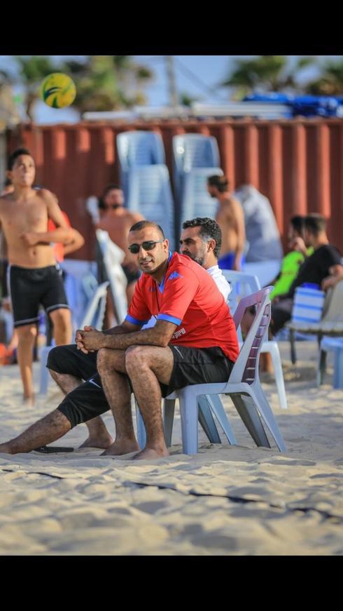 אדם סרסור מתרגל לצפות במשחק מבעד למשקפי שמש. צילום: איהם ג'בארין