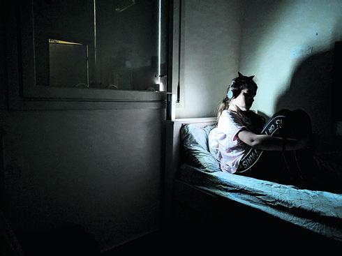 האחות שלא רוצה לשמוע בומים | צילום: כרמל בראל אברג'ל