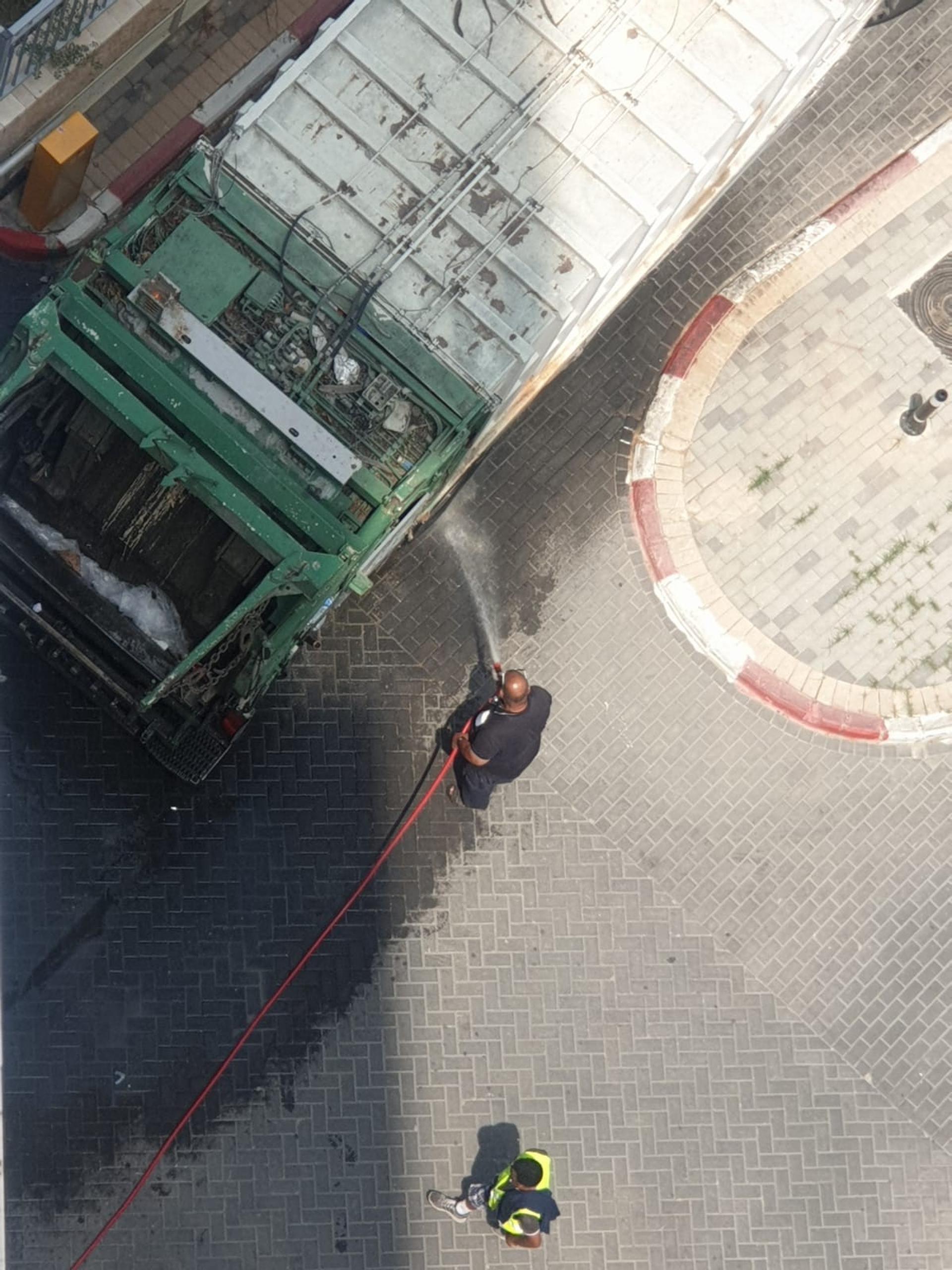 נהג המשאית משתמש במים של הבניין. צילום: באדיבות הדיירים