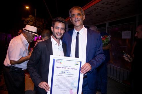 חימי וראש העירייה אביחי שטרן לפני הענקת האות | צילום: דוברות עירית קרית שמונה.