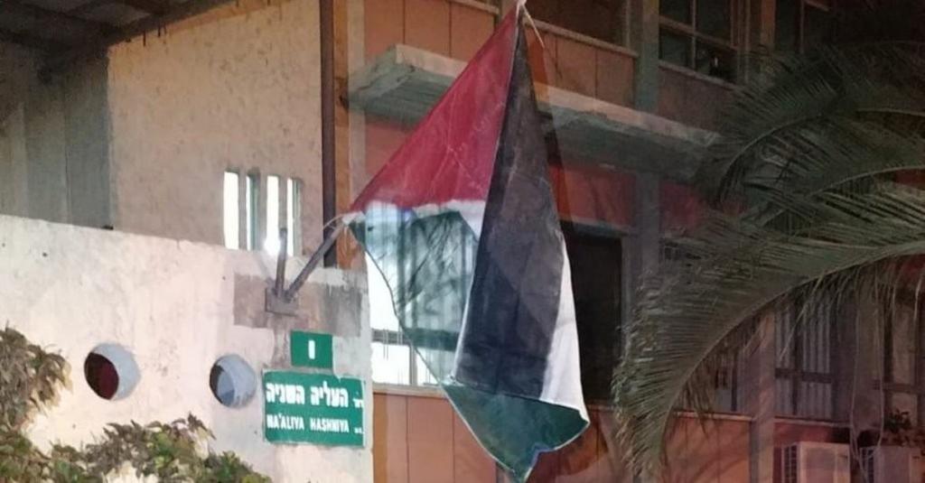 """דגל פלסטין על בניין עיריית פתח תקוה   צילום: אגף הביטחון עיריית פ""""ת"""