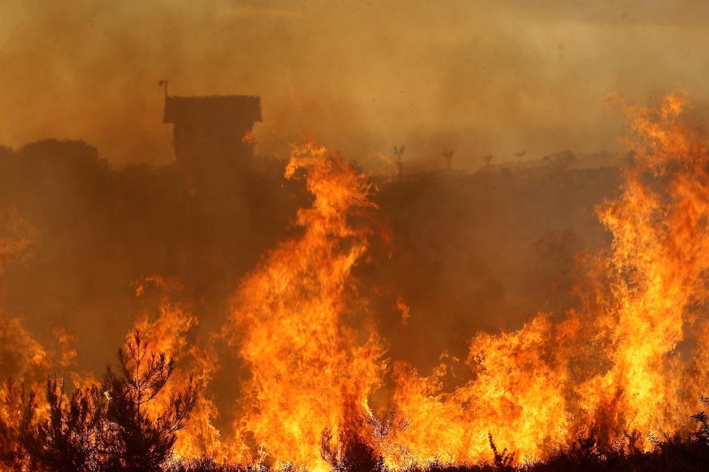 השריפה על רקע כלא דמון   צילום: גיל נחושתן