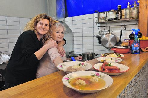 עם אמה גבריאלה. ממשיכה לבשל | צילום: אבי רוקח