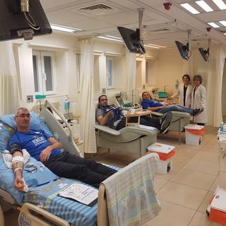 """חברי הועד המנהל של """"הכחולה"""", חזי בן עמי, גל רזינסקי ודרור שי, תורמים טסיות דם. צילום: באדיבות העמותה"""