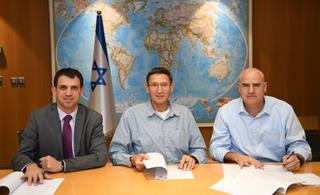 """חתימת ההסכם לפינוי מחנות צה""""ל. צילום: דוברות רשות מקרקעי ישראל"""